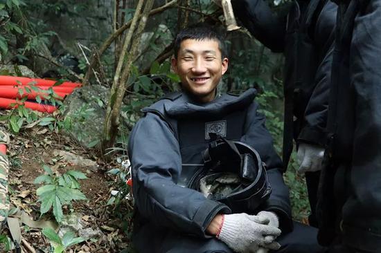 休息间隙,一名排雷战士摘下头盔,笑容灿烂