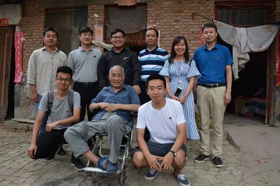 党支部代表赵德龙父子回老家
