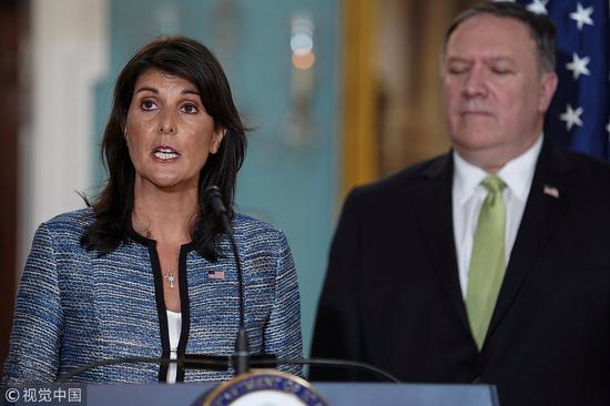 黑莉宣布美国退出联合国人权理事会,蓬佩奥站在旁边。(图源:视觉中国)