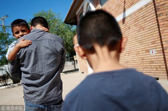 特朗普新的移民政策导致数千移民儿童与父母分离,目前饱受批评。(图源:视觉中国)