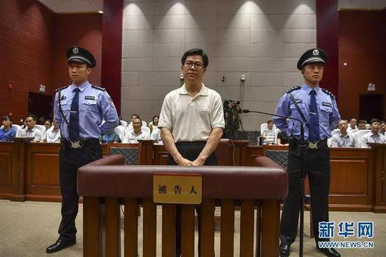 刘志庚(中)受审