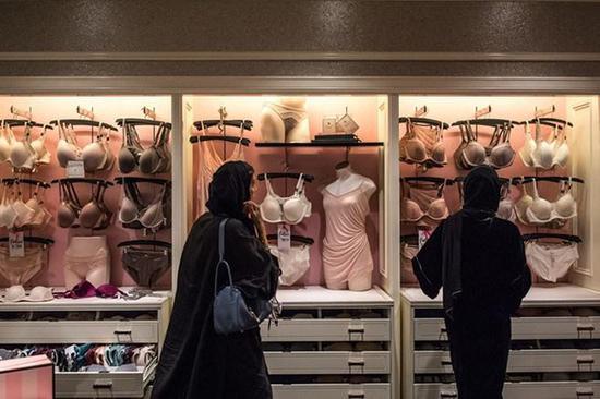 沙特女性在逛内衣店。
