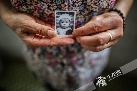"""蔡世英寻找女儿""""三妹""""已经38年了。记者 李裕锟 摄"""