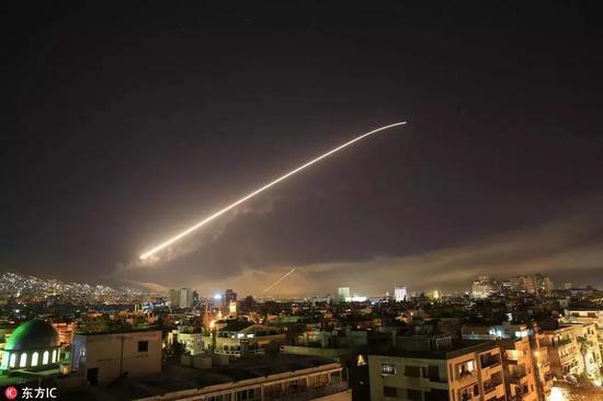 划过叙利亚夜空的战斧导弹
