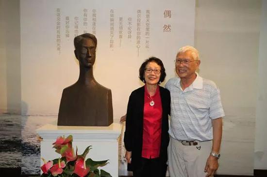 徐行和家人与徐志摩雕像合影。本文图片 来自网络
