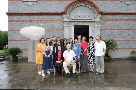 徐行(前排左一)跟家人在徐志摩旧居前合影。