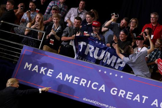 图为特朗普20日在明尼苏达州德卢斯参加集会活动时宣布此消息。(图片来源:路透社)