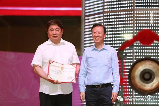 中国证券博物馆筹建工作领导小组组长姜洋(右)为故宫博物院院长单霁翔(左)颁发聘书。