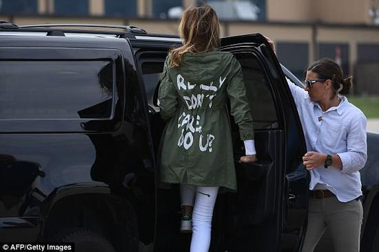 """美国第一夫人梅拉尼亚身穿""""我真的不在乎,你呢""""字样外套"""