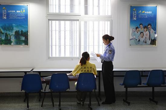 戒毒人员在练习弹奏古筝。 本文图片均为澎湃新闻见习记者 杨帆 图