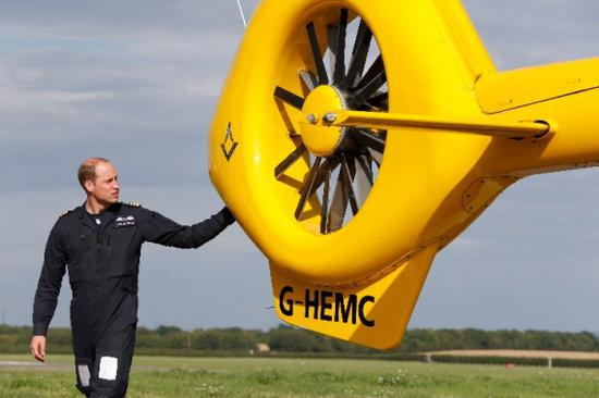 """2017年7月27日,在英国剑桥机场,英国威廉王子准备执行最后一次""""空中救护员""""任务。(新华社/欧新 )"""