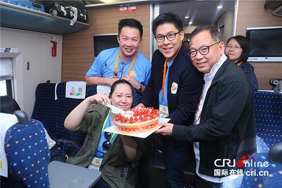 香港青年联会副秘书长李芳宸在高铁上度过难忘的生日。