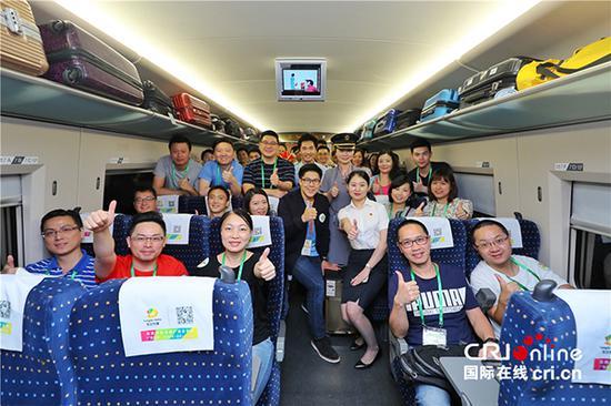 """参加""""国家发展战略与香港青年机遇""""活动的150余名香港各界青年乘坐高铁从深圳前往武汉。"""