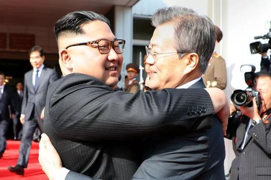 ▲资料图片:4月26日,金正恩(左)与文在寅在板门店朝方一侧举行会谈后相互拥抱。(法新社)