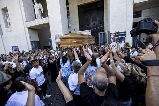 资料图:意大利黑手党大佬的奢华葬礼。