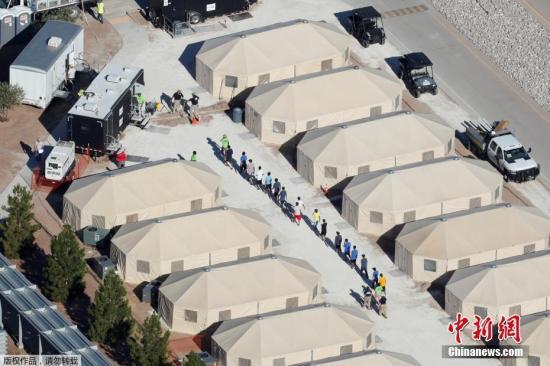 资料图:法新社报道,美国现有100多处移民儿童安置点,几乎都达到最大接纳限度。尽管美方宣称帐篷内有空调、条件不差,但不少人批评这仍然无法提供孩子们成长所需的亲情、教育和医疗环境。