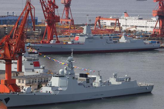 下水后同时停靠在码头的两艘055和一艘052D驱逐舰