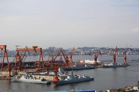 目前造船场内拥有3艘052D和2艘055型驱逐舰