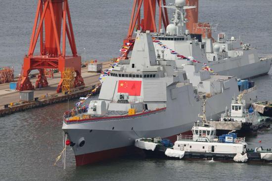 在拖轮的帮助下,055驱逐舰越过052D停靠在码头