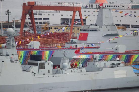 两艘055在船坞中彩旗和彩带飞舞