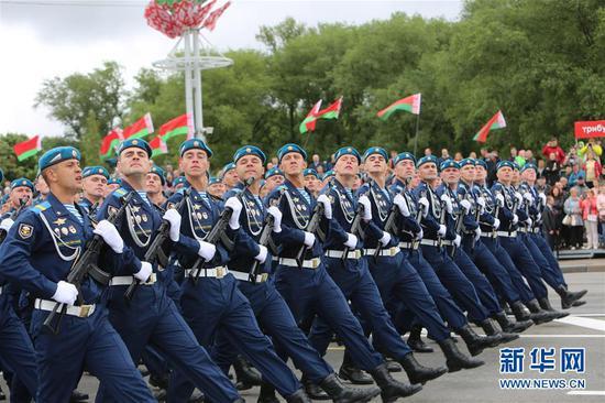 参加阅兵的俄罗斯空降兵方队,他们在行列中正好排在解放军仪仗队后面