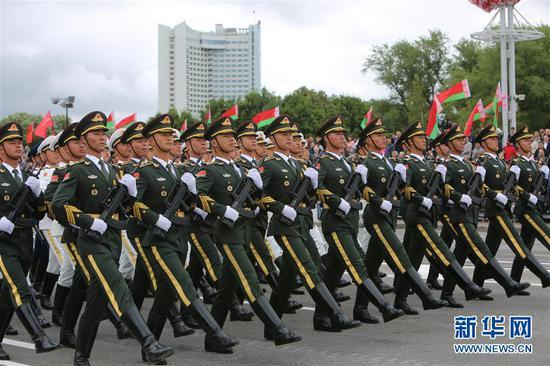 参加白俄罗斯阅兵式的解放军仪仗队(图片来源:新华网)