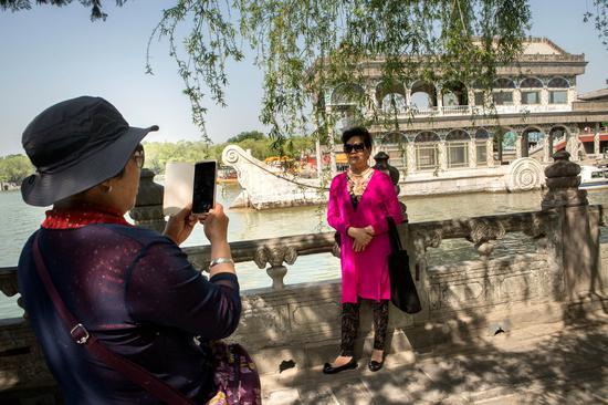 游客游览颐和园 图源:纽约时报