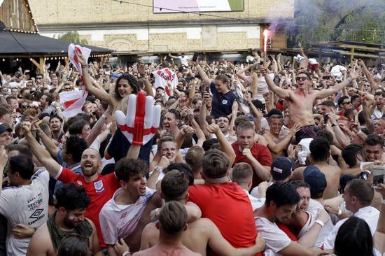 英格兰战胜瑞典后,球迷大闹宜家 图源:美国华盛顿州TDN新闻网