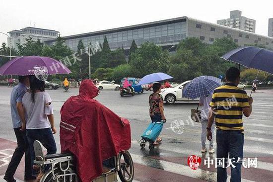昨天,北京早高峰期间出现降雨。(图/关禺)