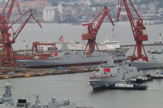 图为中国海军055型驱逐舰下水时的场景