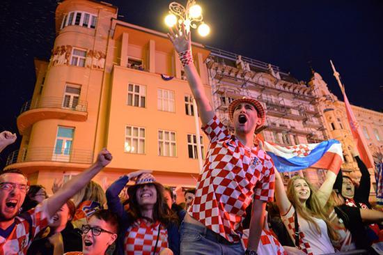 克罗地亚首都萨格勒布的耶拉契奇广场,庆祝的球迷。 新华社 图