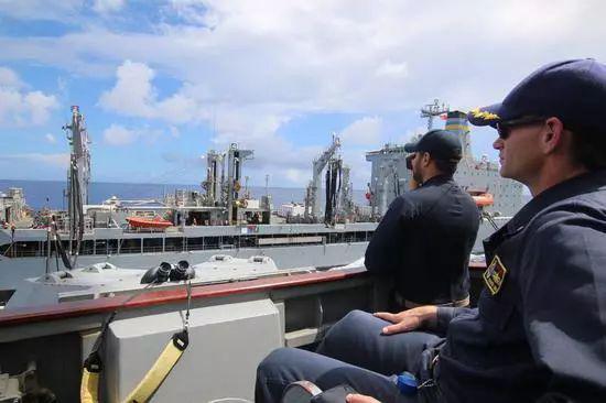 """正在和舰队油船T-AO 199""""蒂珀卡努""""号进行海上补给的马斯汀号驱逐舰,舰长正在坐镇指挥。"""