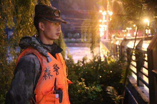 森警官兵徹夜守衛大橋。武警阿壩州森林支隊汶川大隊供圖