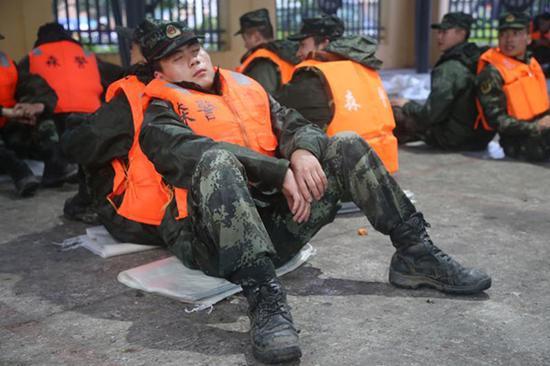 森警官兵原地休息。武警阿壩州森林支隊汶川大隊供圖