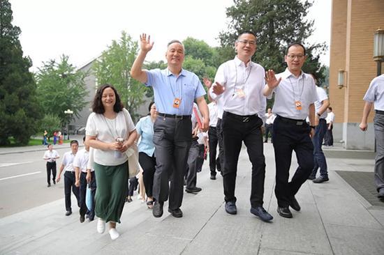 学员们步入毕业典礼会场