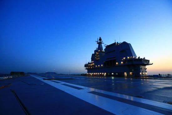 資料圖片:我國第二艘航母完成首次海上試驗任務,返抵大連造船廠碼頭(2018年5月18日攝)。新華社發