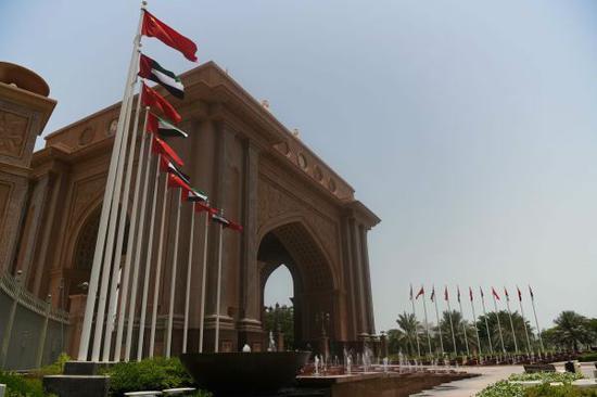 图为7月18日拍摄的阿联酋首都阿布扎比皇冠酒店正门。(邬惠我/摄)