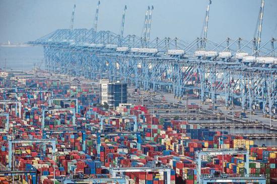 图为马来西亚一座港口