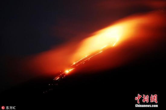 資料圖:當地時間5月3日,危地馬拉首都危地馬拉城,帕卡亞火山活動頻繁,噴發出火紅巖漿,巖漿流長度達500米。帕卡亞火山是危地馬拉最活躍的火山之一。