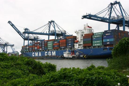 资料图:这张资料照片显示的是一艘集装箱船在巴拿马科隆港口卸货 新华社记者杨建华摄