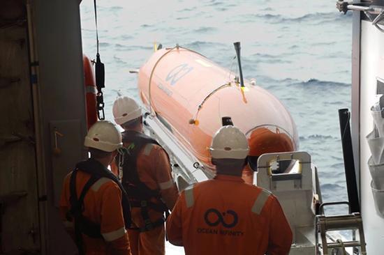 """海洋無限公司的搜尋船""""海底建造者""""(Seabed Constructor)搭載有8個自主水下航行器(AUV),可潛入海底進行自主搜索。"""