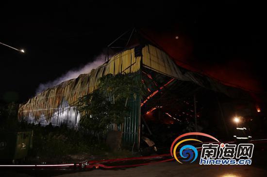 失火仓库围墙都已经变形。南海网记者刘洋摄