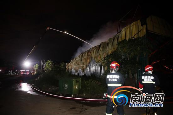 消防人员正在灭火。南海网记者 刘洋 摄