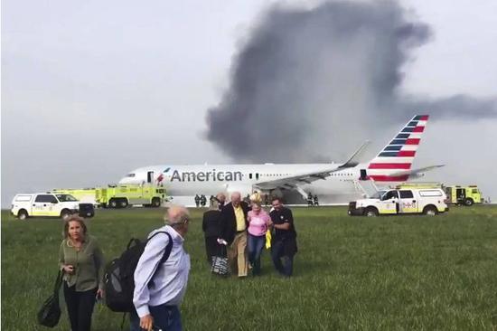 ▲在一起飛機事故後的圖片可見,當時不少乘客拿着自己的行李逃出了飛機 圖據美聯社