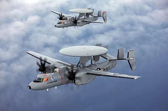 """▲美海軍E-2D""""先進鷹眼""""預警機,可藉助CEC系統,在""""宙斯盾""""戰艦雷達的探測範圍外,提供目標數據,擴展戰艦的防空攔截範圍。"""