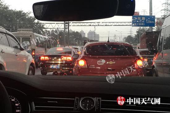 昨晨,北京降雨影响早高峰。(图/姜毅)