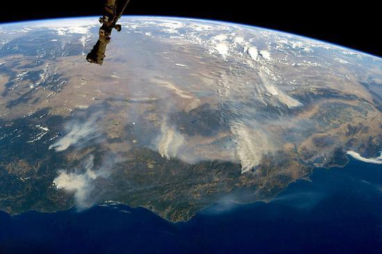 从太空上可以看到加利福尼亚州的多处山火