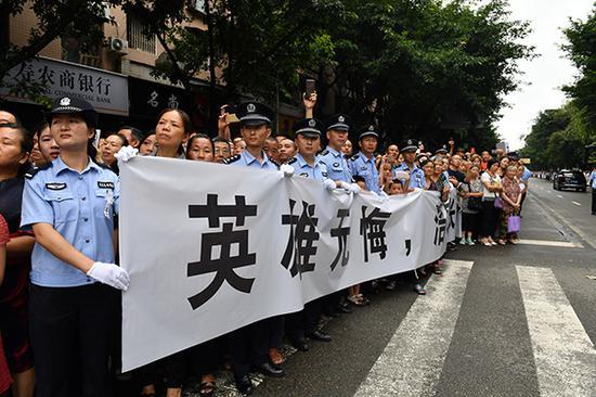 仁寿民众自发前来送别英雄。磅礴新闻记者 王鑫 图