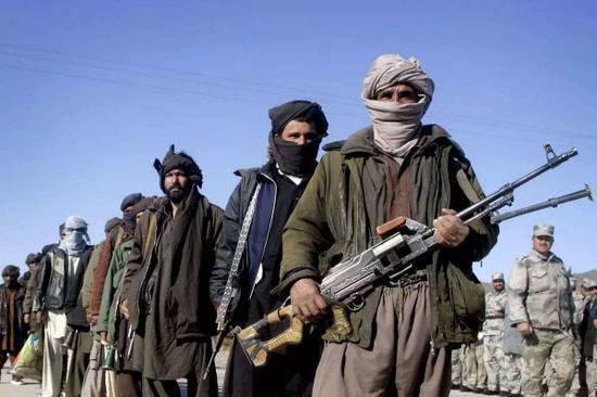 图为塔利班武装人员。