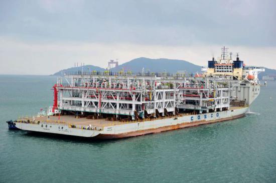 资料图片:装载亚马尔LNG项目两个大型液化天然气模块的船只驶离码头。(新华社)